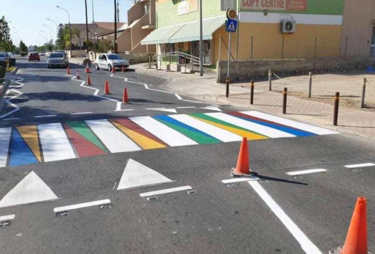 «Зебры» у школ в Агландже выкрасили в яркие цвета