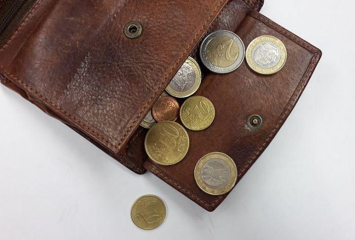 Кипрский пенсионер дал бедной женщине 20 евро и накормил ее. А она его обокрала