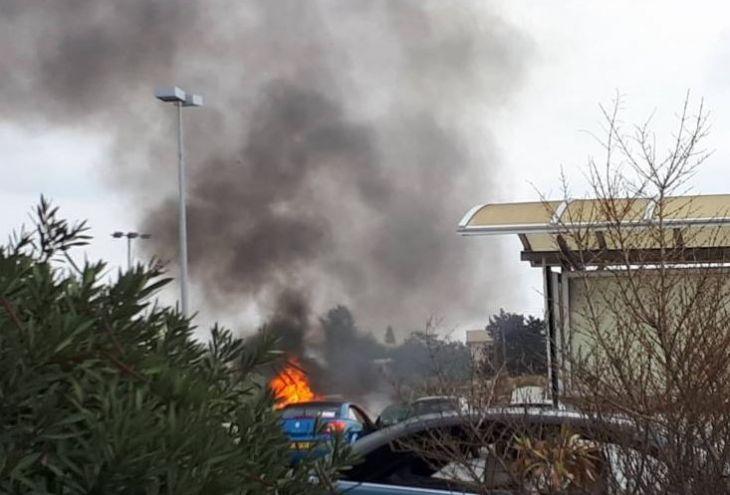 Неизвестный отобрал у жителя Никосии бумажник и сжег его автомобиль