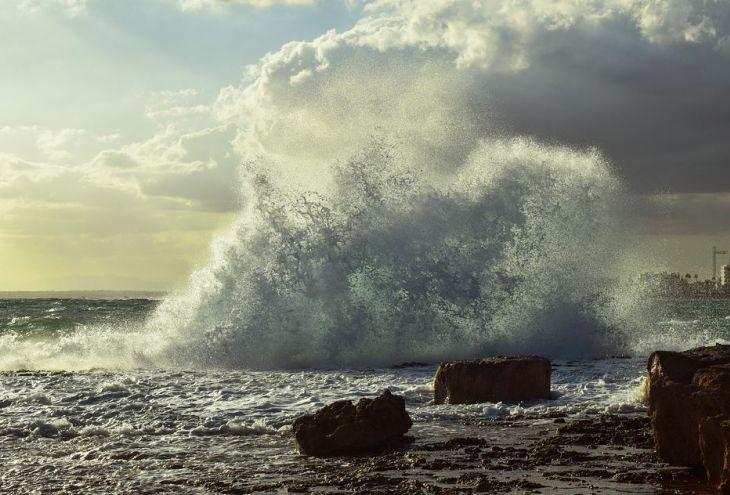 Из-за сильного ветра в Айя-Напе не выпускают суда в море