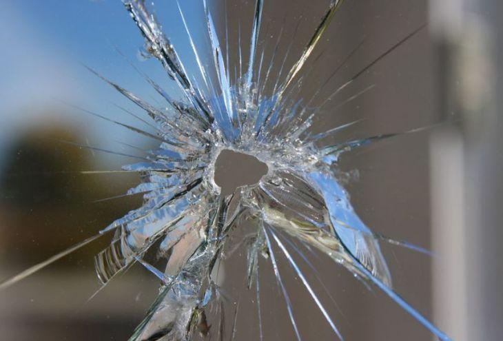 Офис по выдаче минимального гарантированного дохода атаковал мужчина с сумкой камней