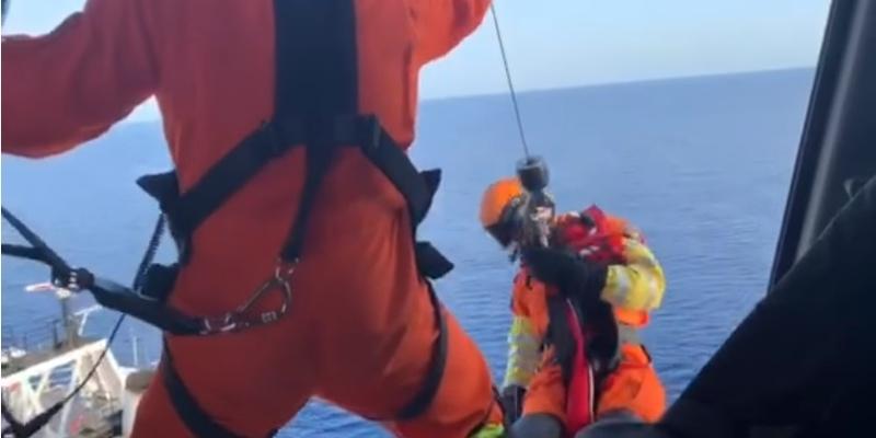 Киприоты на вертолете спасли иностранного моряка