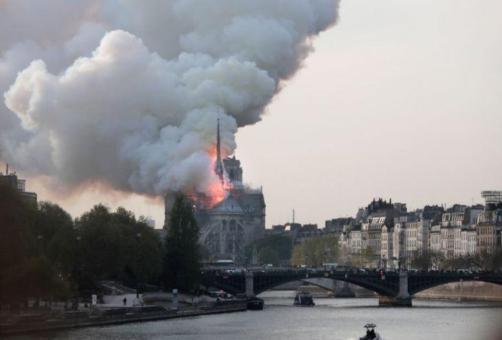 Обрушились шпиль и кровля собора Парижской Богоматери (10 фото)