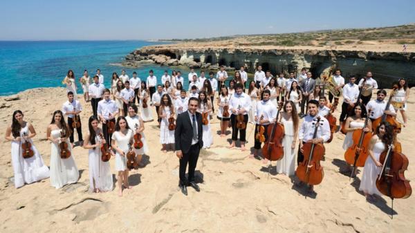 Музыкальный протест у парламента.  Дети из симфонического оркестра Кипра волнуются за свое будущее