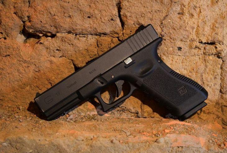Офицер полиции положил пистолет на крышу авто и… поехал на работу