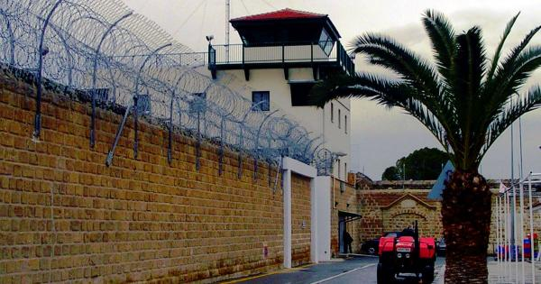Охранники в тюрьме Кипра используют патрульные автомобили, чтобы прохладиться