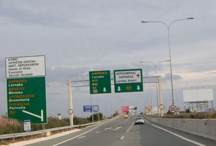 Врезавшийся в знак Larnaca International Airport водитель оштрафован на 1900 евро