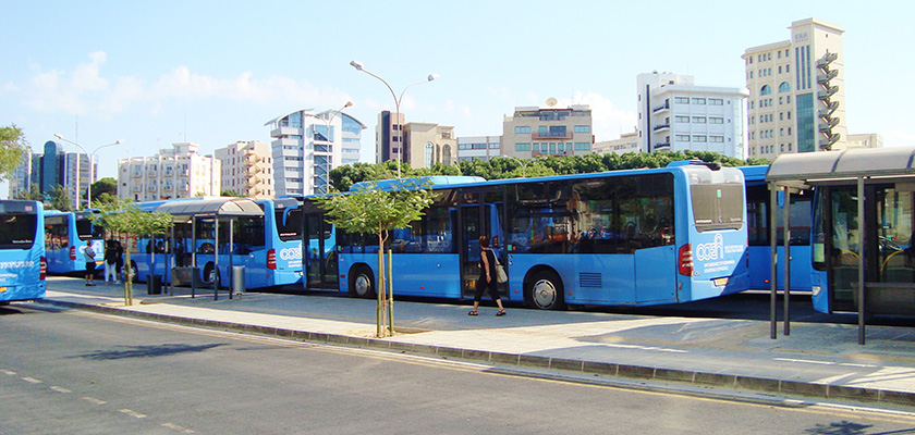 Водитель вернул кипрскому пенсионеру забытые в салоне автобуса 10 тысяч евро | CypLIVE
