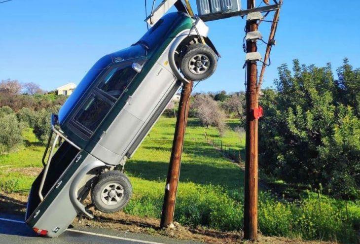 Пожилой водитель повис в пикапе на двойном столбе электропередачи