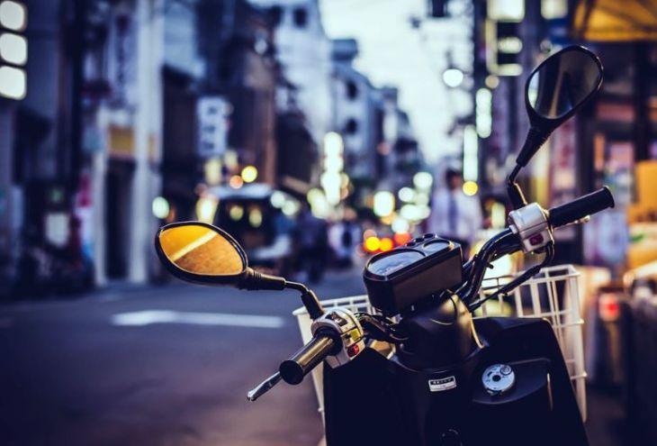 Доставивший заказ курьер остался без денег и мотоцикла