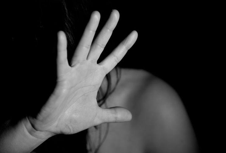 16-летняя школьница обвинила в изнасиловании двух взрослых мужчин