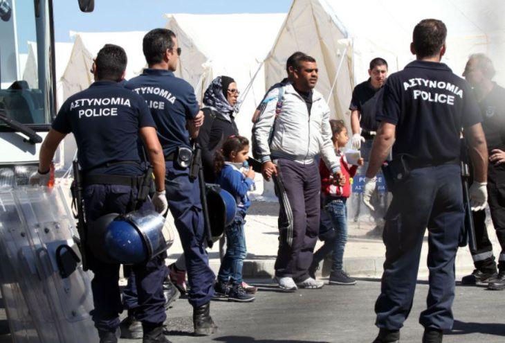 К мысу Греко приближается баркас с более чем 100 беженцами